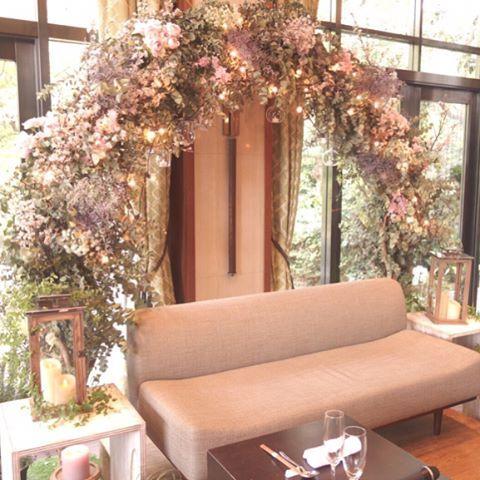 「高砂は春挙式なので、桜でアーチをしてもらいました…」
