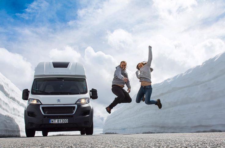 """Zdjęcie podesłane przez naszych klientów. Zrobione 5 czerwca 2017. """"Śnieżna Droga"""" po norwesku Snøvegen lub Aurlandsvegen. To jedna z wielu atrakcji norweskich fiordów… A jak wiadomo, jeśli do Norwegii to tylko kamperem  """"Norwegia – śnieżna droga"""" ostatnia aktualizacja: Czerwiec 7th, 2017; motorhome.plPodobne wpisy na blogu:Kamperem do NorwegiiJeśli kamperem, to do NorwegiiKamperem do Hiszpanii – relacjaKamperem do Szwajcarii"""