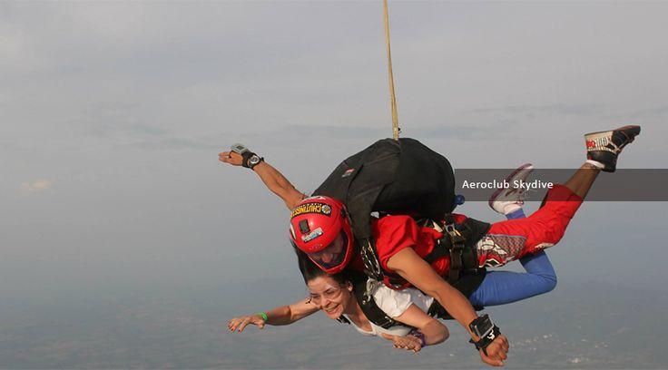Paracaidismo Curso AFF 7 saltos Incluye: Curso en tierra. Salto Tándem. Un (1) salto con dos (2) instructores. Cinco (5) saltos con un (1) instructor. Cupo en el avión. Seguro todo riesgo. Certificado del curso. ...