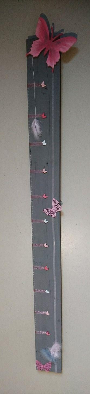 """Toise en bois """"Le papillon et plumes"""" : Chambre d'enfant, de bébé par creatihm"""