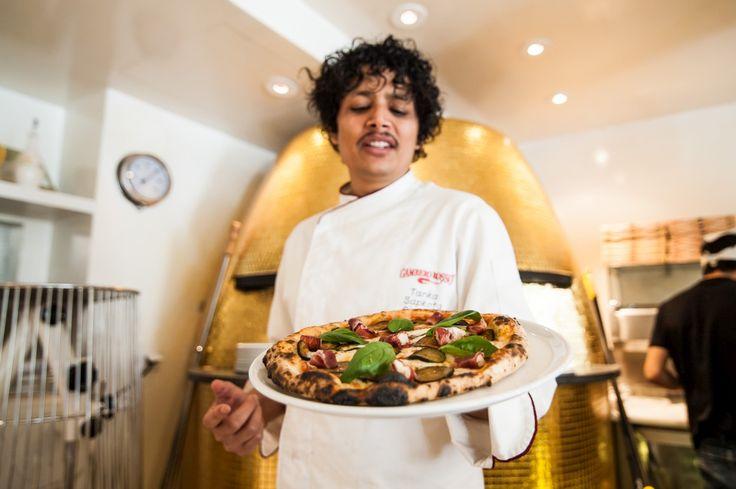 """Um """"templo dourado"""" - foi isso que Tanka Sapkota construiu para fazer as suas pizzas, que quer que sejam as mais genuínas pizzas napolitanas de Lisboa."""