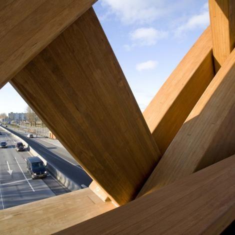"""Houten Brug - Sneek, Provincie Friesland (NL) Een ontwerp geïnspireerd op de """"covered bridges"""", de botenbouw en spanten van Friese boerderijen."""