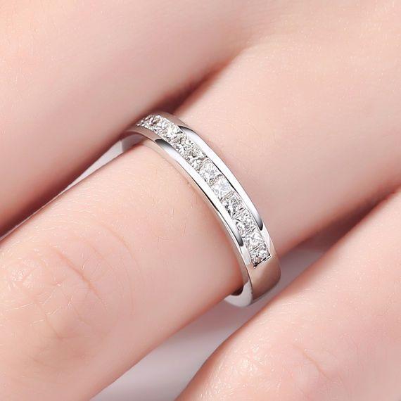 Weißgold Ehering, Prinzessin geschnitten, Hochzeit Band, Princess Diamant Ehering, eine halbe Ewigkeit Band Kanal Set Jubiläum Ring PRODUKT-SPEZIFIKATIONEN Handgemachte Artikel -Metall-Typ: Gelbgold, Weißgold, Rotgold, (14K oder 18K) -100 % natürliche, echte hohe Qualitätsdiamanten. -Karat Diamant: ca. 0,2 CT -Raute: Princess-Schliff -Diamond Cut: VG -Diamant Klarheit: SI -Diamant-Farbe: H / weiß -Ring Breite: 5 mm Ringgröße: Wir können den Ring in einem ring-Größe, wenn die Ringgröße ...