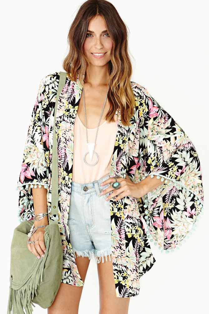 Absolutely gorgeous 'Tropicale' kimono by Nasty Gal. Love that green suede fringed cross body too.