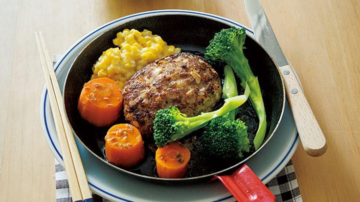 栗原 はるみさんの牛ひき肉,豚ひき肉を使った「和風ハンバーグ」のレシピページです。オーブンを使い、短時間でしっかり焼きあげることで、ふっくらジューシーに仕上がります! 材料: ハンバーグ、すだちポン酢、大根おろし、七味とうがらし、付け合わせ、塩、黒こしょう、サラダ油