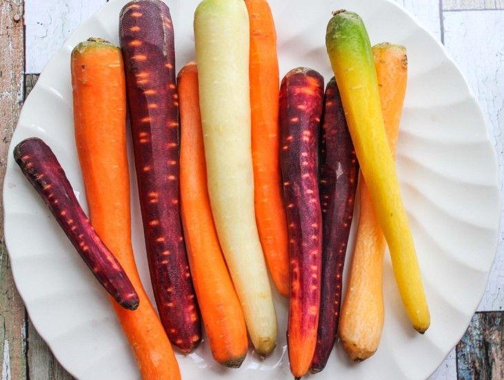 Kleurrijke #wortelen zijn bijna niet te vinden in de supermarkt. De wortelen zijn vaak te halen bij telers, boeren, kleinere winkeltjes of natuurlijk uit de eigen moestuin. De gele en witte peen smaken minder zoet en hebben minder vezels dan de oranje wortel. Deze wortels zijn dan ook het beste geschikt voor soepen of stoofpotjes. De paarse peen daarentegen zit vol smaak en is veel zoeter dan de oranje variant. #peen #penen #wortel #kleur #paars #recept #recipe