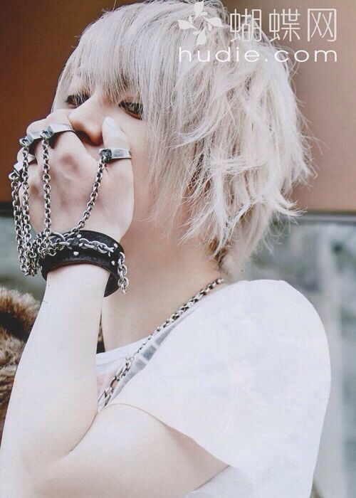 Takeru. SuG. Uwakimono.je trouve son bracelet/bague trop cool!!je veux le même!!!