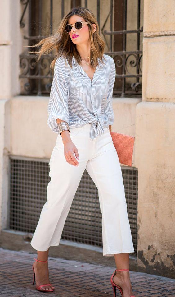 Blusa social azul listrada, calça branca, sandália de tiras coral