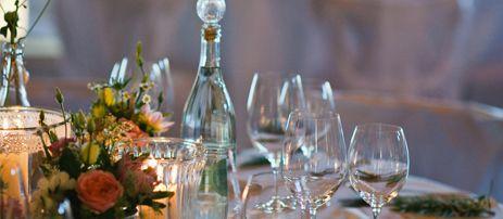 Banketts   Ein geselliger Tisch, guter Wein und ein wohlschmeckendes Menü. Ein herzhafter Lunch oder gediegenes Dinner sind immer ein Erlebnis. Bei unseren Bankett-Service ist nichts dem Zufall überlassen: Herzliches Servicepersonal liefert besten Geschmack zu jedem Gang , egal ob Speise oder Getränk. So einfach kann Catering sein.  Im Hintergrund sorgt ein Profi-Team aus Köchen und Logistikern für den reibungslosen Ablauf des Caterings. Mit Schweißperlen unter der Mütze und der größten…