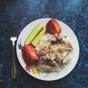 Рис с фрикасе из курицы с шампиньонами в сливочном соусе
