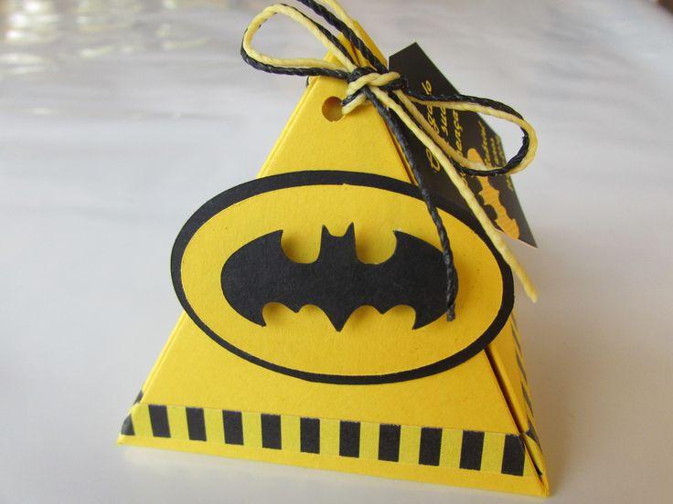 Caixa em formato de pirâmide, produzida em papel de alta gramatura e qualidade, no tema Batman em efeito 3D. Sugestão de uso: pode ser usada para decorar mesa de guloseimas ou como lembrancinha. <br> <br>Imagem ilustrativa, a tag de agradecimento não acompanha o produto. <br> <br>Para outras opções de cores e temas, favor consultar nosso canal de atendimento.