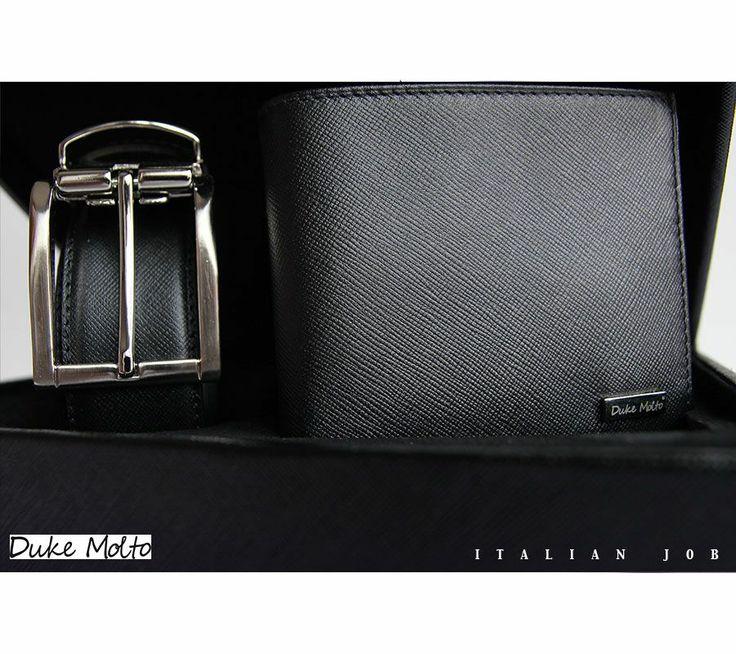 Duke Molto Casse Nero II: %100 deri kaplı ahşap kutu içinde, %100 deriden el yapımı cüzdan ve boyu tokadan ayarlanabilir kemerden  oluşan şık bir erkek aksesuar seti. Özel Günleriniz için uzun yıllar kullanılıp sizi sevdiklerinize hatırlatacak class bir hediye seçeneği. Güvenli alışveriş ve ücretsiz kargo avantajıyla Türkiye' nin her yerine 1-3 iş günü teslimat.