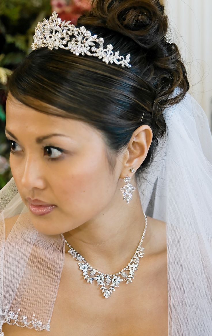 Bridal tiaras and veils - Regal Crystal And Pearl Wedding Tiara And Jewelry Set