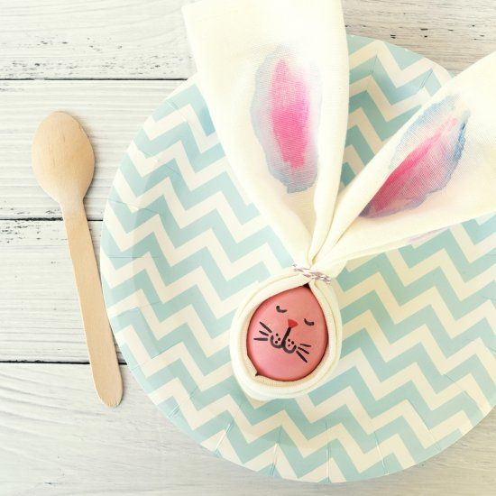 A simple and beautiful idea for the cutest easter table decoration!