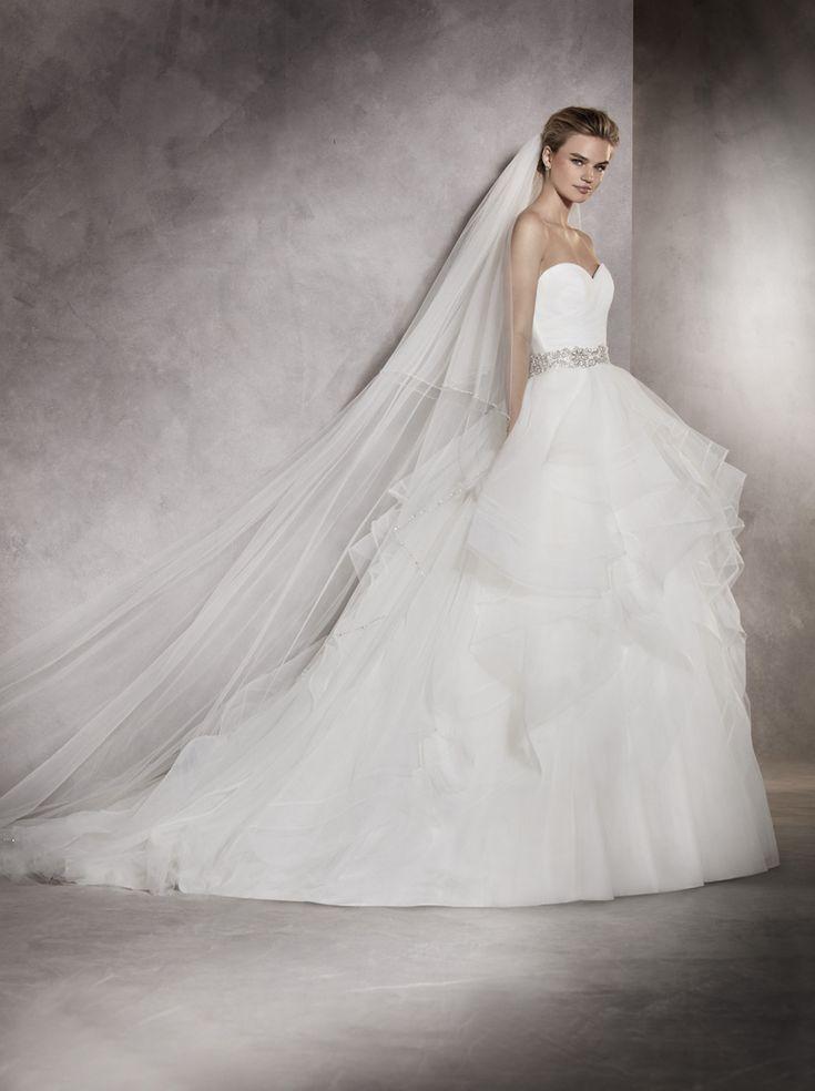 ALBANIA Onduleurile și valurile au fost sursa de inspirație pentru această rochie de mireasă din tul și nylon. Un model plin de volum și dinamism. Decolteul în formă de inimă și stilul prințesă transformă mireasa în personajul principal al celei mai importante povești din viața ei.   http://www.pronovias.com/store-finder