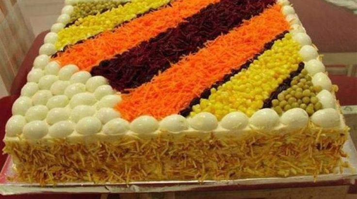 Bolo salgado parece algo estranho mas é um verdadeiro sucesso em festas. Consiste num bolo feito com pão de forma, depois coloca os seus ingredientes prefe