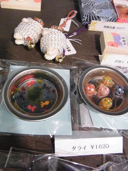 タライに金魚と ヨーヨー