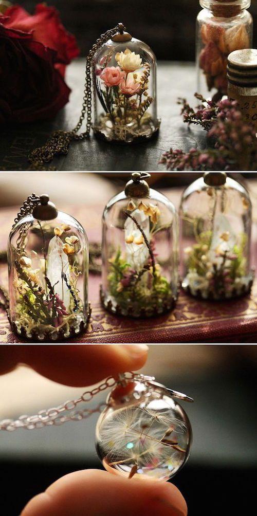 Una de las tendencias más hot en el mundo de las bodas son los terrariums de todo tipo. No sólo aquellos con plantas vivas sino terrariums como joyas para los recuerdos de boda.