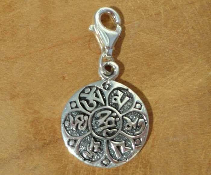 """Fair Trade bedel uit Thailand gemaakt van sterling zilver (925) met de symbolen van de mantra """"Om mani padme hum"""". In het boeddhisme betekent deze mantra ongeveer, want het is niet echt goed te vertalen: """"de parel van het universum is de lotus van mijn hart, kijk naar binnen voor de vrede van Boeddha""""."""