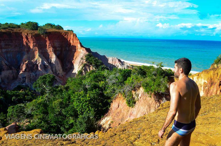 Um programa imperdível em Porto Seguro, é fazer a caminhada de Arraial d'Ajuda até Trancoso. O percurso tem 7 km e deve ser feito na maré baixa, mas passa por cenários incríveis como a Praia da Lagoa Azul. Confira essas e outras dicas das melhores praias da Bahia, no blog.