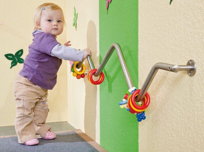 Door de speeltjes aan de reling zullen ze zich willen optrekken en oefenen ze zo op het rechtstaan. Dit is een onderdeel van de grove motoriek.