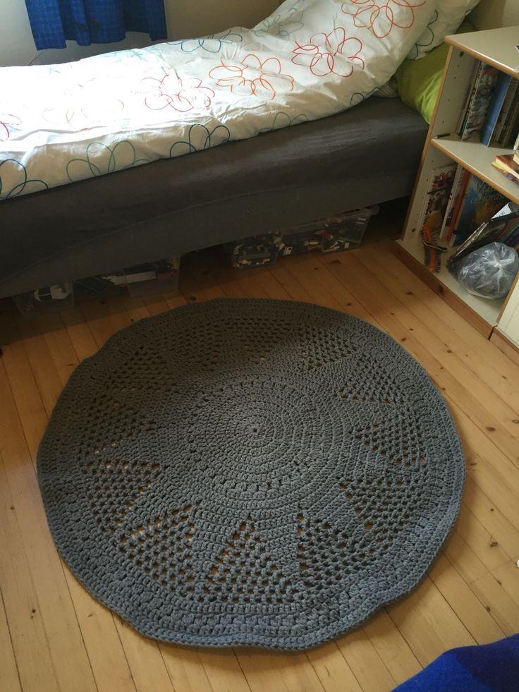 "Heklet gulvteppe ""Sol"" i interiørgarn fra Gjestal, etter mønster fra Drops Design... http://www.garnstudio.com/pattern.php?id=7312&cid=1"