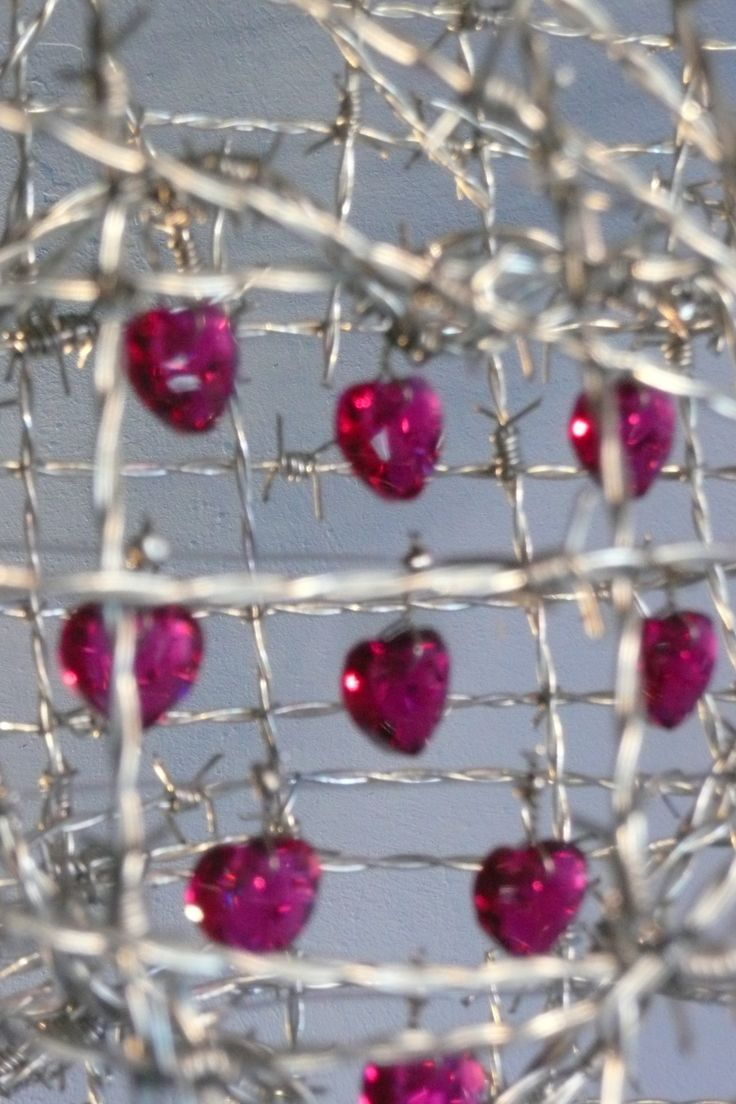 Close up of Unprotected Love. Barbed wire sculpture. #barbedwireart #wireart #cyranodebergerac #anthonymomanbarbedwire