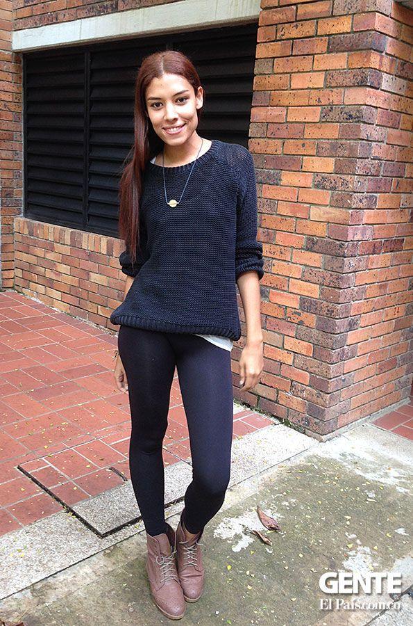 Lina María Restrepo, combina un saco cerrado ancho con unos leggings básicos negros. Los botines de amarrar son una opción que le da un toque rockero a la pinta. http://elpais.com.co/