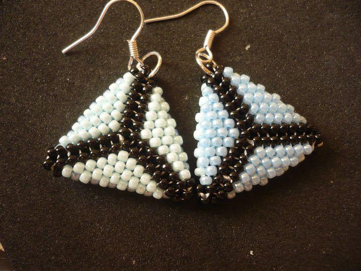 Šité trojúhelníky, jedna strana světle modrá a druhá tmavě modrá