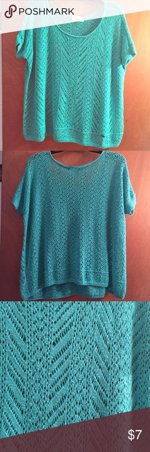 Teal Hollister Top Oversize, more green than in the picture, boxy shape, great with leggings! Hollister Tops