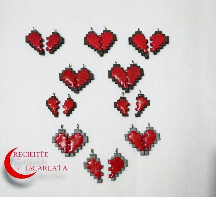 Corazones pixelados con fondo café y gris.  Disponibles   Precio:   Pequeños $ 6000 de llavero.  Grandes: $ 8.000 de llaveros y collar con hilo Italiano.  Envíos para todo el país.  Piezas para que regales a la persona que te complementa.  Whatsapp 319 277 21 13  #handmade #craft #crecienteescarlata #videogames #pixel #hearts #manualidades #artesanal #gamergirl #gamer #necklace #keychains #modelado #accesorios #artesanias #popculture #courple #coldporcelainclay #collar #llavero…