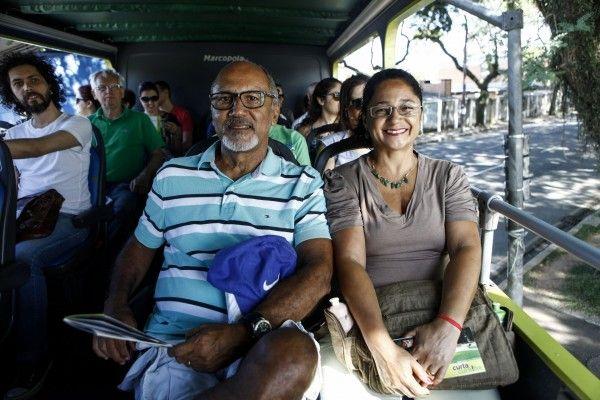 """Fugimos do carnaval do Rio e viemos parar em Curitiba""""  Viver Bem acompanhou o ônibus da Linha Turismo na manhã deste sábado (25) para perguntar aos turistas: """"Por que escolheram Curitiba para passar o carnaval?"""". Veja as respostas!"""