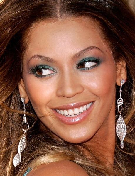 Beyoncé ficou linda com sombra azul petróleo esfumada em todo o cotorno dos olhos e na pálpebra móvel!