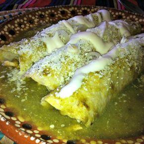 Enchiladas Suizas Receta: pechuga de pollo cocida y deshebrada/1 litro de caldo de pollo/ 1 manojo de cilantro/ 1/4 taza de crema/ 1 chile serrano/12 tomatillos verdes/1/2 cebolla/ Sal y pimienta/15 tortillas de maíz/Queso rallado/Aceite Coces por 10 min. los tomatillos, el chile, el cilantro y la cebolla Licúa el caldo, el cilantro, tomates, chile y cebolla, agrega la crema Frie un poco las torillas, ponles pollo deshebrado y las cubres de salsa, les pones el quedo rallado y crema