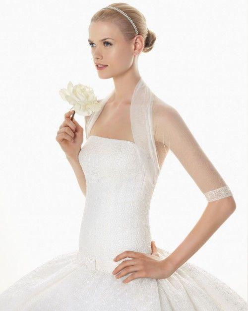 Chaqueta de tul para novia con mangas tres cuartos y detalles en las orillas - Foto Rosa Clará