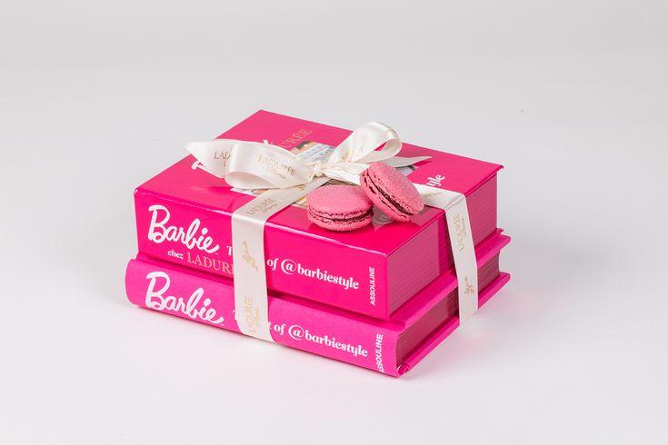 Barbie guest star da Ladurée - Un libro tutto rosa shocking, firmato Barbie e contenente 12 macarons assortiti dal colore candy pink... Noi siamo ultra fan!  - Read full story here: http://www.fashiontimes.it/2017/06/barbie-guest-star-da-laduree/