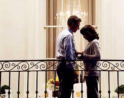 Het balkon van America's kamer is de plaats waar er een beetje hoop komt in de relatie  tussen Maxon en America. Maxon vertelt haar hier dat hij verliefd op haar is en haar graag als vrouw wil nemen. Wanneer Maxon haar dan probeert te kussen, houdt ze hem eerst tegen omdat ze alles even op een rijtje moet zetten. Uiteindelijk besluit America dat ze Maxon ook leuk vindt en hem toch wil kussen. Ze delen hun eerste kus op het balkon en voor Maxon was dit zijn eerste kus ooit.