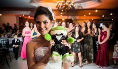 A noiva passou a jogar o buquê às convidadas solteiras a partir do século 14, na França. Esse hábito substituiu outro: antes, elas pegavam um pedaço do vestido da noiva para ter sorte e se casarem …