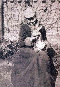 Элен Беатрикс (Беатрис) Поттер – популярная английская детская писательница прошлого века, талантливая художница, которая всегда сама иллюстрировала свои книжки