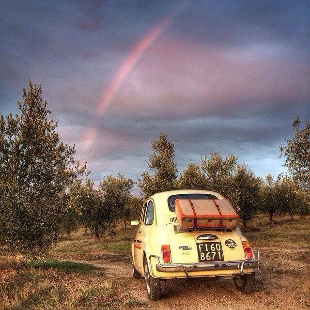 La Fiat 500 vintage dans son écrin de Toscane. Joli arc en ciel....
