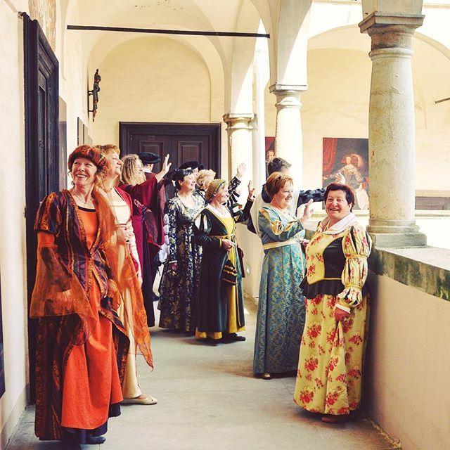 Članice društva Cesarsko-kraljevi Ptuj so popestrile dogajanje na #ptujskigrad. Obiščite nas med prazniki, morda jih srečate tudi vi ;) #ptuj #ptujcastle #ptujskigrad #igslovenia #visitptuj #castle #schloss #historic #costume #history #historiccostume #visitslovenia #baroque #renesanse