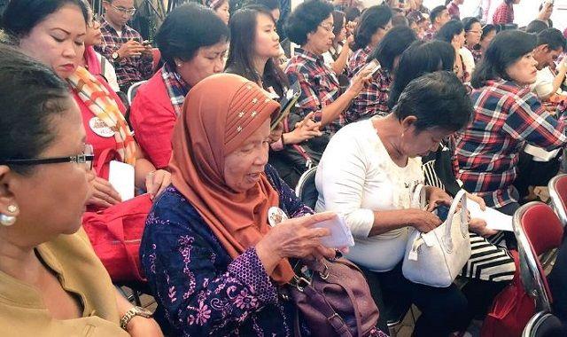 Ibu Ini Sumbang Rp 10 Ribu Untuk Kampanye Ahok-Djarot - Indopress, Jakarta -Meski dilanda kecaman dan dibayang-bayangi status tersangka penistaan agama yang menimpa Basuki Tjahaja Purnama alias Ahok, Ahok masih jadi idola ibu – ibu. Dukungan masyarakat Jakarta pun masih …