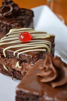 Reteta prajitura amandine. Blat pufos si insiropat , crema de ciocolata , fondant , arome de rom , o prajitura pe care nu o vei uita niciodata daca o incerci !