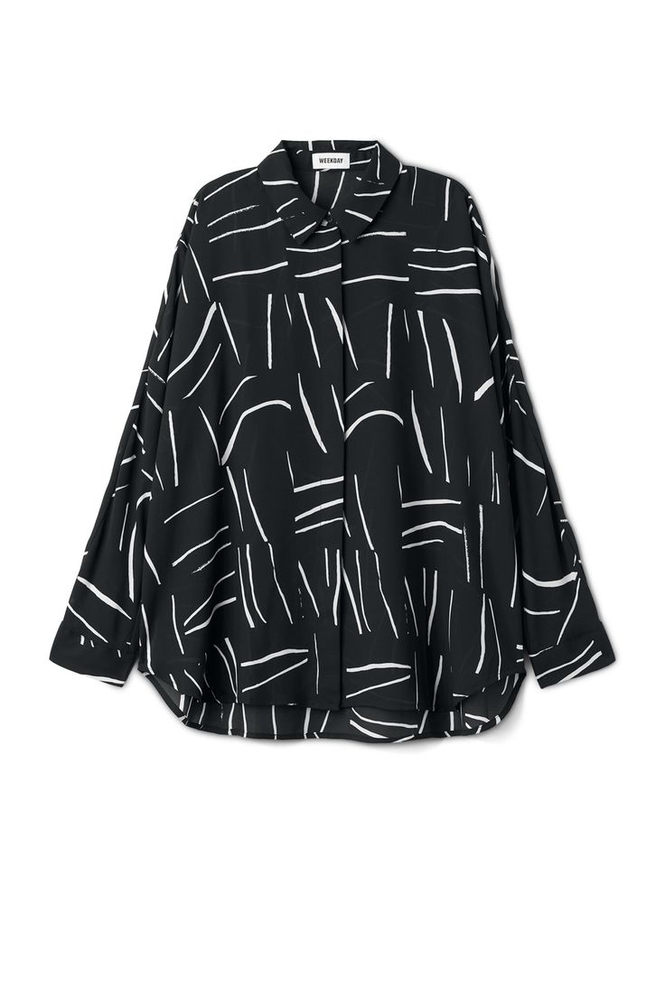 <p>The Free Printed Blouse is a fresh blouse made of a light, slightly sheer material with a graphic print. It has a pointed collar, a concealed button plac