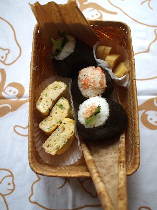 Bento Lunch with Omusubi (Onigiri), Japanese Rice Balls and Tamagoyaki Egg Roll by Miho Nakamura|おむすびと玉子焼き、お弁当の王道です