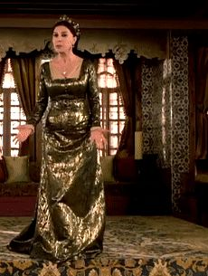 Valide Ayse Hafsa's metallic green dress, 1x02 - Magnificent Wardrobe