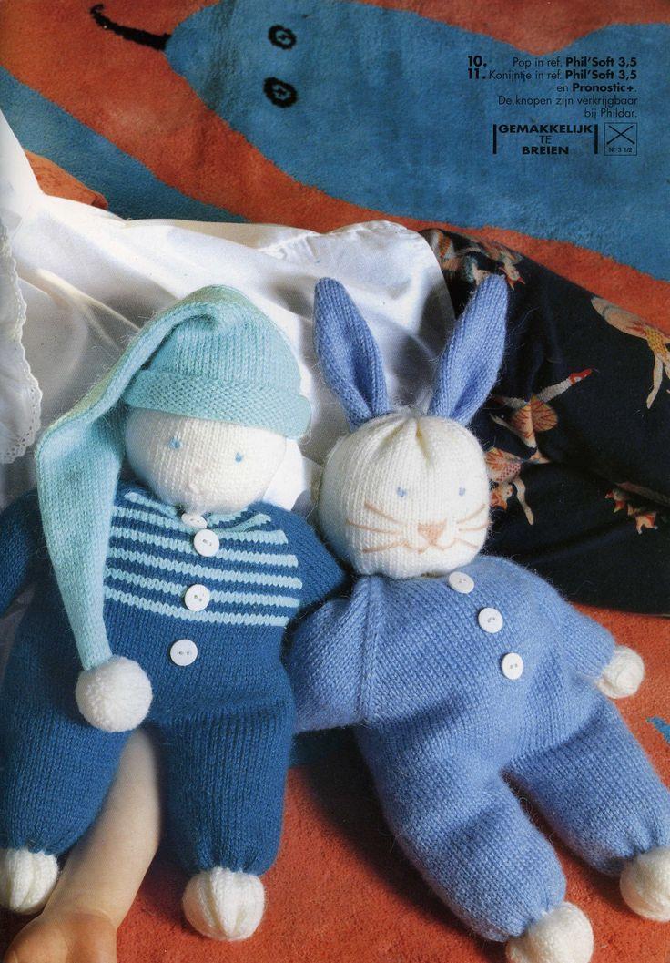 Pop met slaapmuts en blauw konijntje. Gratis patroon.