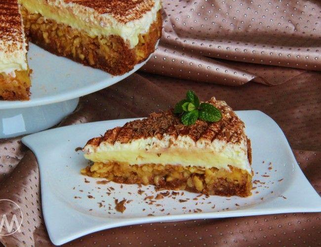 Obrácený jablkový koláč s pudinkovým krémem, krok 2: Vejce vyšlehejte s cukry do pěny, přilijte vlažnou vodu a postupně přisypávejte mouku smíchanou s práškem do pečiva a kakaem a zlehka důkladně promíchejte. Vlijte na jablka a vložte do trouby vyhřáté na 220C na cca 15 - 20 minut. Zda je upečeno zkuste špejlí, zda se těsto nelepí.