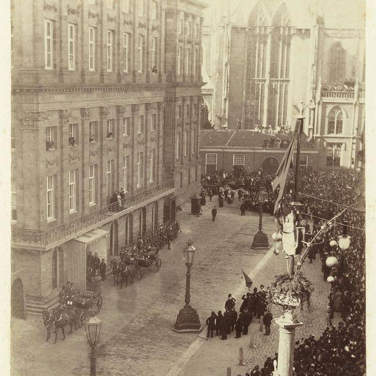 Vandaag in 1887: Koning Willem III Koningin Emma en Prinses Wilhelmina op het balkon van het Koninklijk Paleis Amsterdam tijdens de Aprilfeesten ter ere van de 70ste verjaardag van de Koning #paleisamsterdam #paleisopdedam #damsquare #verjaardag #throwbackwednesday