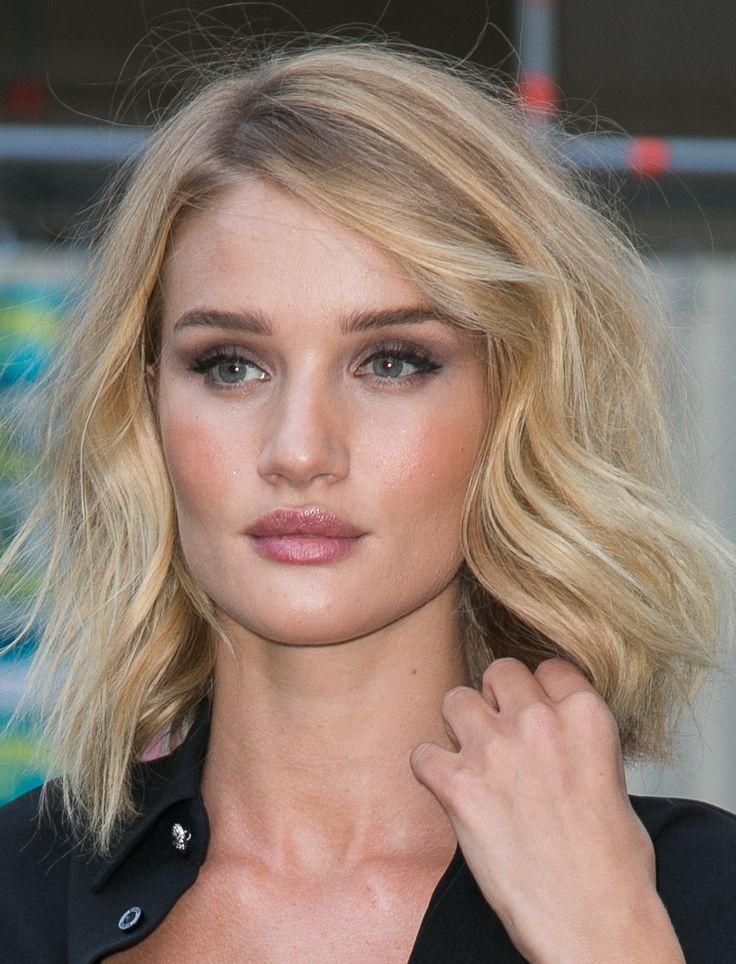 Il taglio di capelli medio lungo, mosso e con la riga al lato.  -cosmopolitan.it